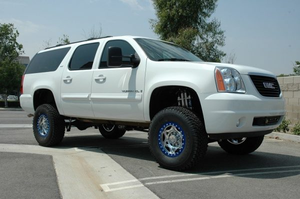 "2001-2013 2500 GM SUV | 6-8"" CST LIFT KIT (shown with dual shock upgrade)"